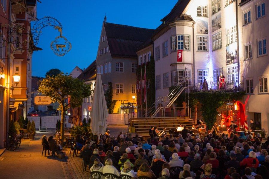 Freunde der ZEIT_Freiheit_Isny-opernfestival-buehnen-zuschauer-vor-rathaus-foto-ernst-fesseler