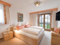 Schlafzimmer 1 mit Doppelbett 180x200 und Balkon