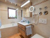 modernes Bad mit Duschbadewanne