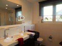 Badezimmer mit Waschbecken und Ablagen