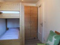 Schlafzimmer mit Etagenbett und Kleiderschrank