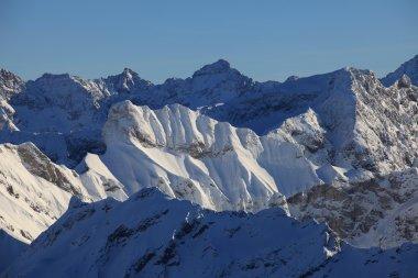 Grandiose Aussichten auf die verschneiten Gipfel
