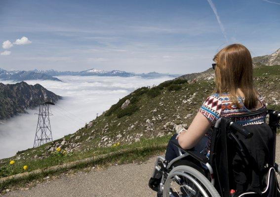 Rollstuhlfahrerin genießt den Ausblick
