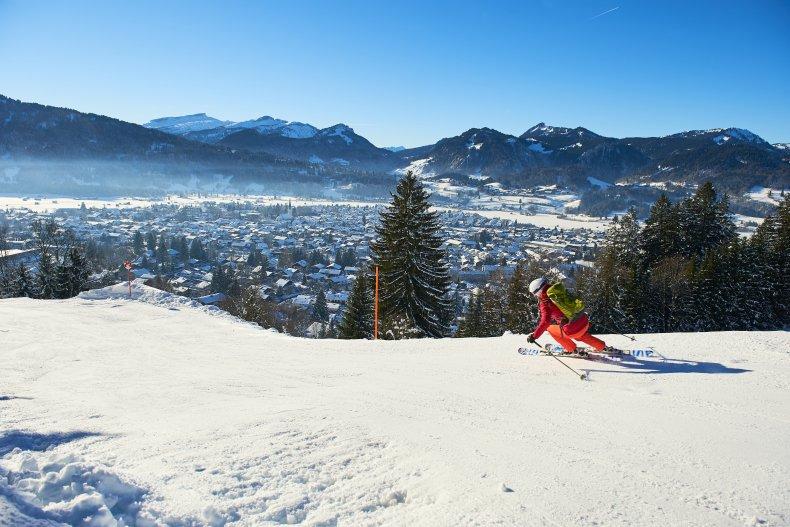 Skifahren mit Blick auf Oberstdorf