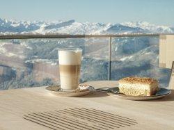 Kaffee und Kuchen mit Gipfelpanorama