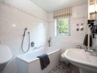 Bad mit Badewanne und zusätzlicher Dusche