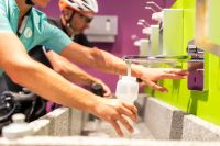 An der Hygiene-Bar füllst Du Deine Flasche für die nächste Tour