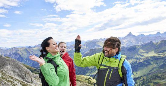 Endlich auf dem Gipfel angekommen beim Wandern im Allgäu