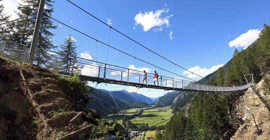 Hängebrücke in Längenfeld im Sommer