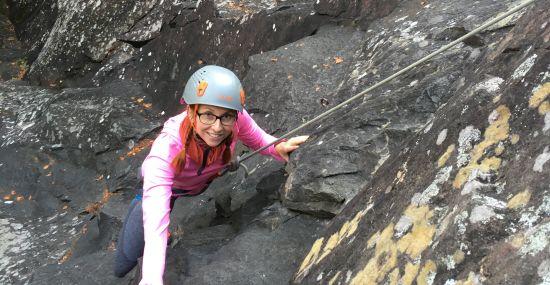Buddy Bettina beim Klettern