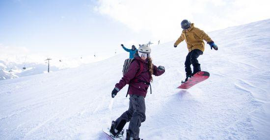 Mit dem Snowboard die Skigebiete in Tirol unsicher machen