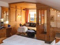 Schlafraum mit bequemem Doppelbett und zusätzl. Schlafmöglichkeit und 2. Fernseher