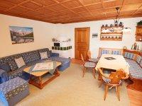 Wohnzimmer mit Essecke und Kamin