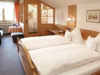 Geräumiges Schlafzimmer mit bequemem Doppelbett