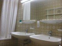 Bad mit Wanne und 2 Waschbecken WC extra