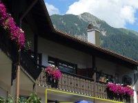 Die Wohnungen in einem Haus mit alpenländischen Stil vor dem Nebelhornmassiv