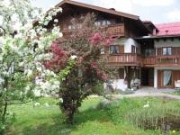 Haus im frühen Frühjahr