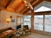 Wohnzimmer mit großem Westbalkon