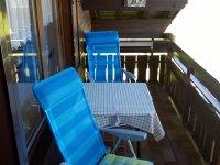 Balkon --- Tisch und zwei (Liege-)Stühle