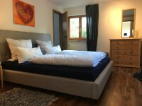 Schlafzimmer mit Kommode, Haus Steiner