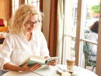 Ein gutes Buch bei einem leckeren Kaffee