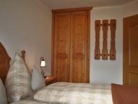 Schlafzimmer mit Garderobe und gr. schrank