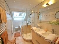Bad mit Doppelwaschtisch, Dusche und Wanne