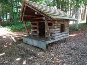 Blockhütte auf dem Waldspielplatz