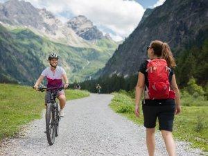 Begegnung Radfahrer Wanderer