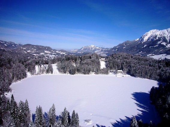 Blick von der Skiflugschanze über den Freibergsee