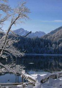 Der Freibergsee im Winter mit der Skiflugschanze