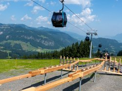 Holzkugelbahn vor Bergbahn
