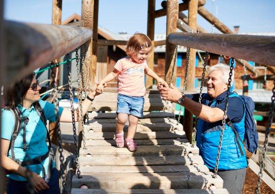 Mama und Opa helfen über die Wackelbrücke