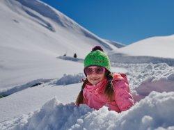 Mit Anlauf in den weichen Schnee