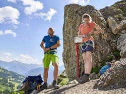 mit der richtigen Ausrüstung geht es in den Klettersteig