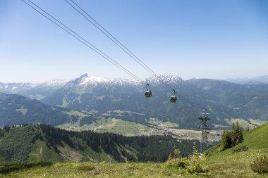 Die Kanzelwandbahn vor verschneiten Gipfeln