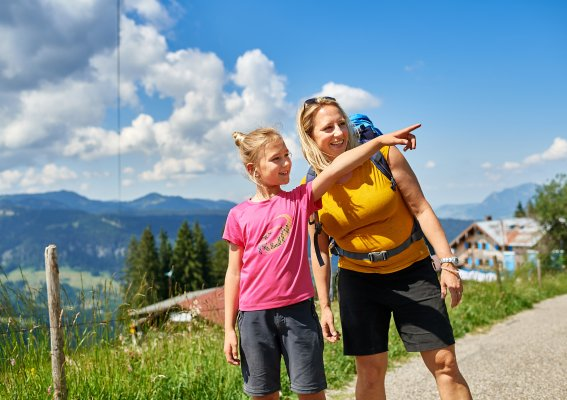 Mama und Tochter in den Bergen