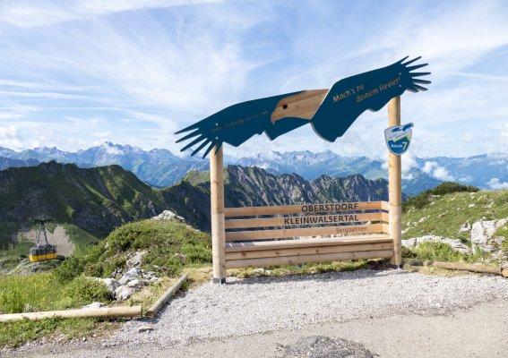 Der Adler breitet seine Schwingen aus