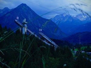 Skisprungschanzen am Abend