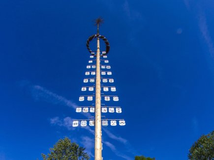 Wertach Dorfanger mit Maibaum